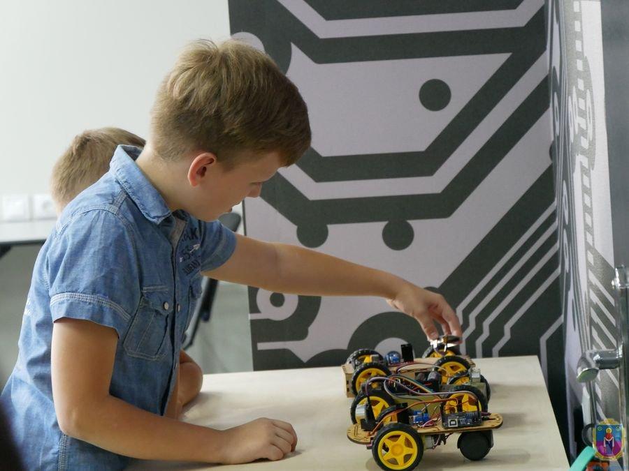 Детям демонстрировали уже готовых роботов, микросхемы, инструменты и детали
