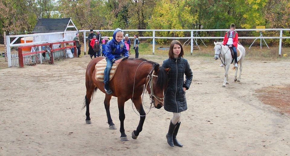 Детей катали на лошадях и рассказывали о Творце