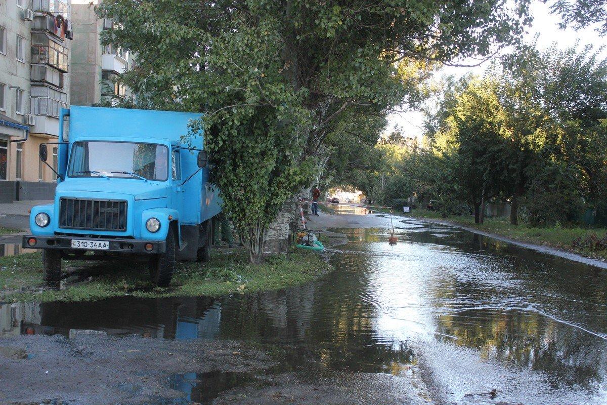На улице Головко вода из колодца затопила дорогу