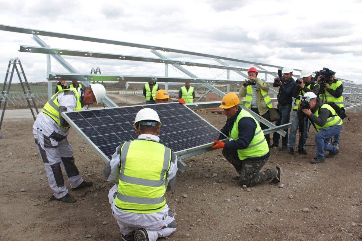 Торжественная установка первой солнечной панели