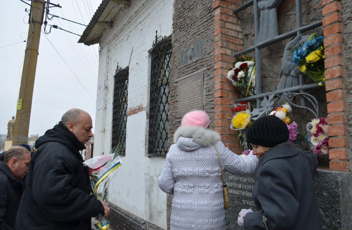 К мемориалу возложили цветы