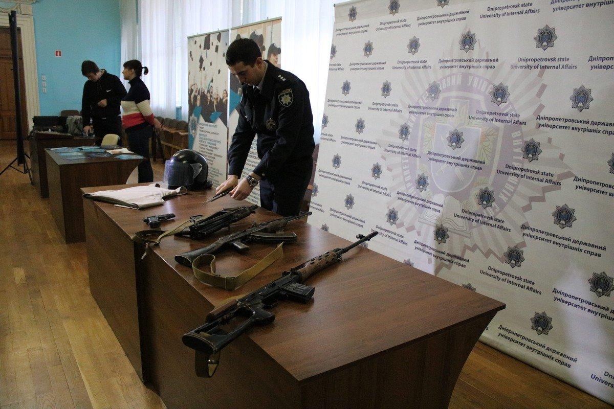Снайперскую винтовку Драгунова, пистолет Макарова, АК-74У и АК-74, защитный шлем и бронежилет показали школьникам