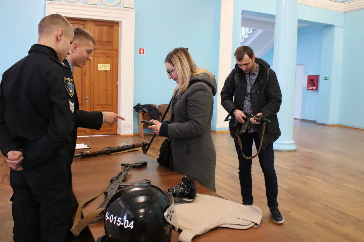 Школьников, как и представителей СМИ привлекла выставка учебного оружия