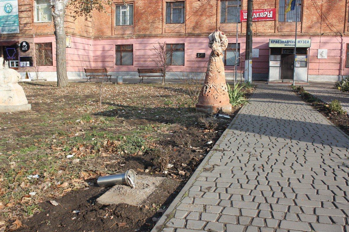 На аллее возле музея сломали, разбили и украли фонари