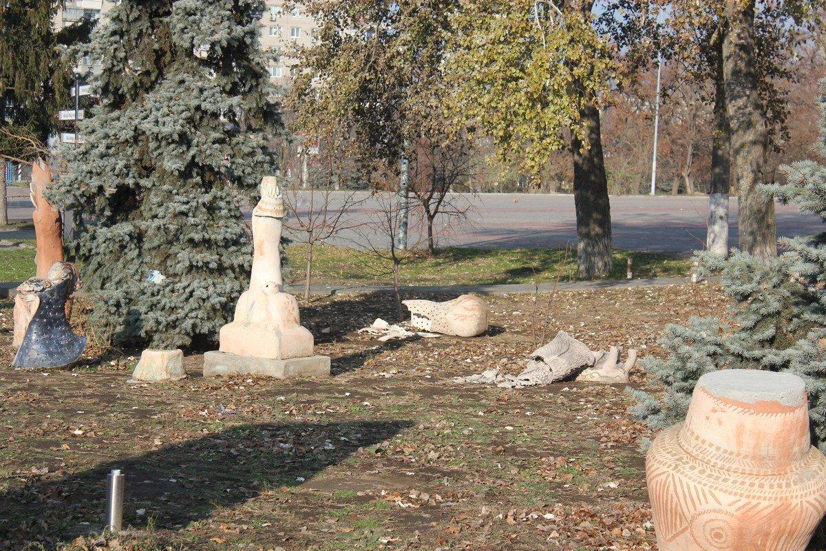 Четыре разрушенные скульптуры за одну ночь