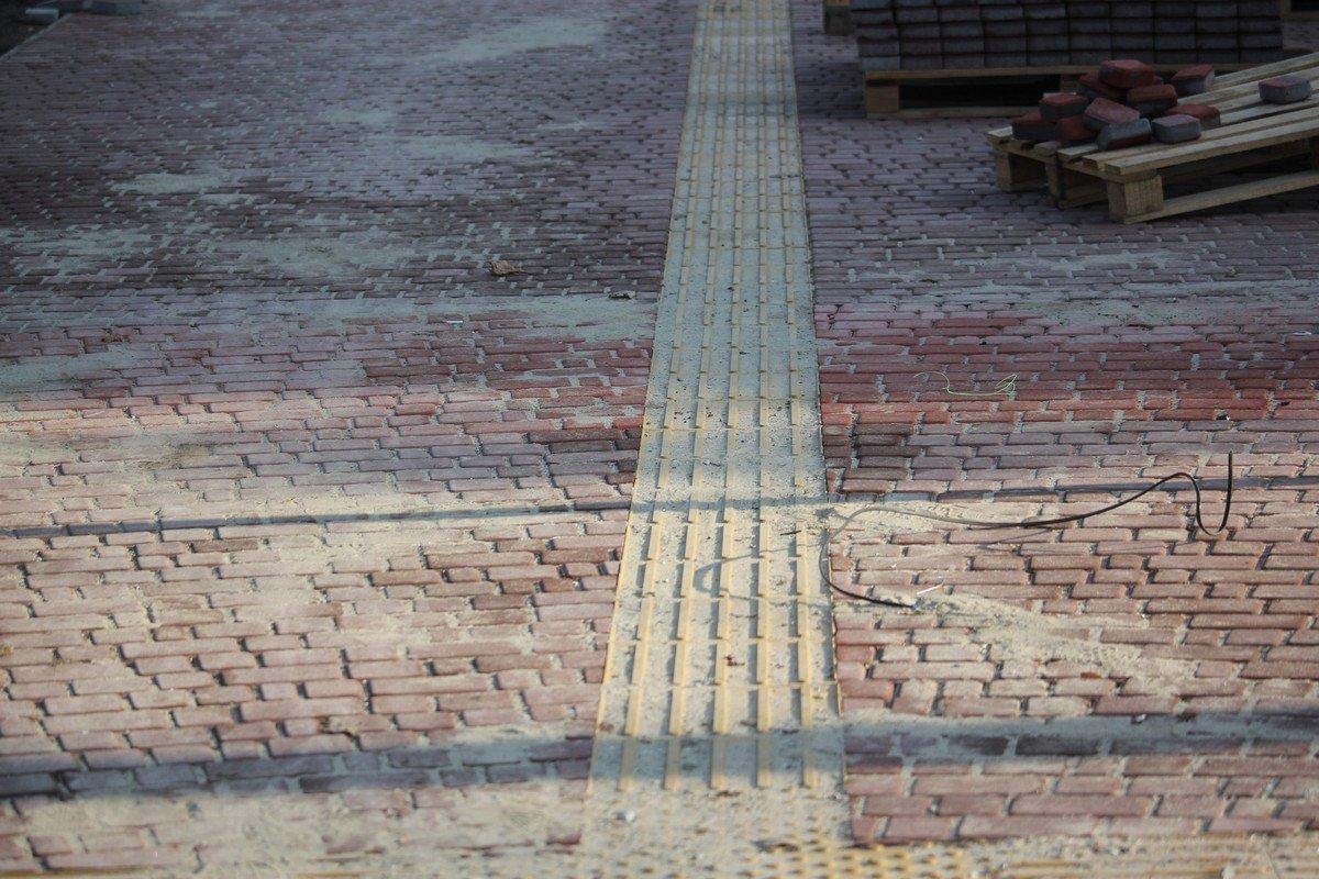 Тротуар выложили плиткой с указателями для слабовидящих людей