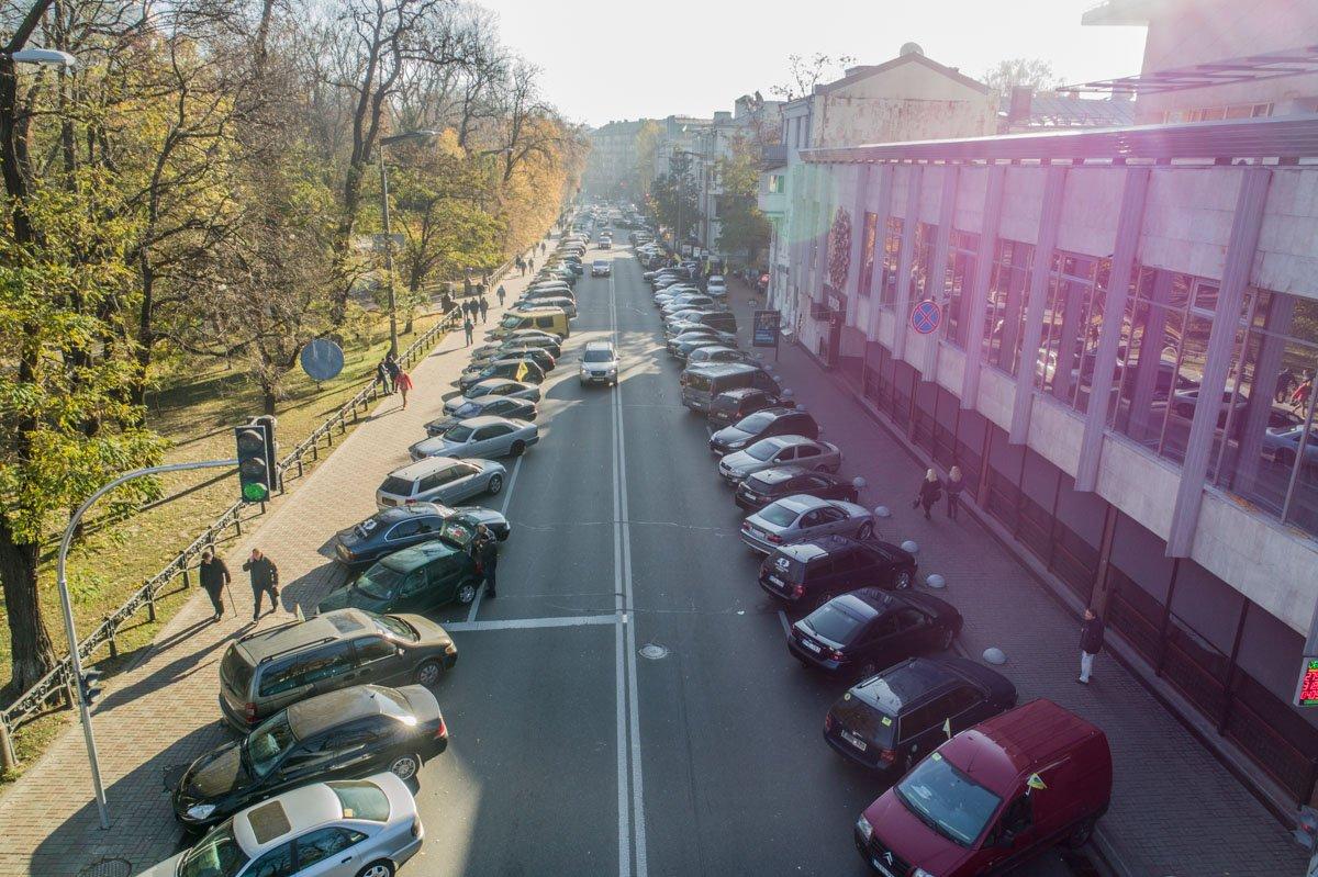 Десятки машин митингующих выстроились от Европейской площади вдоль улицы Грушевского