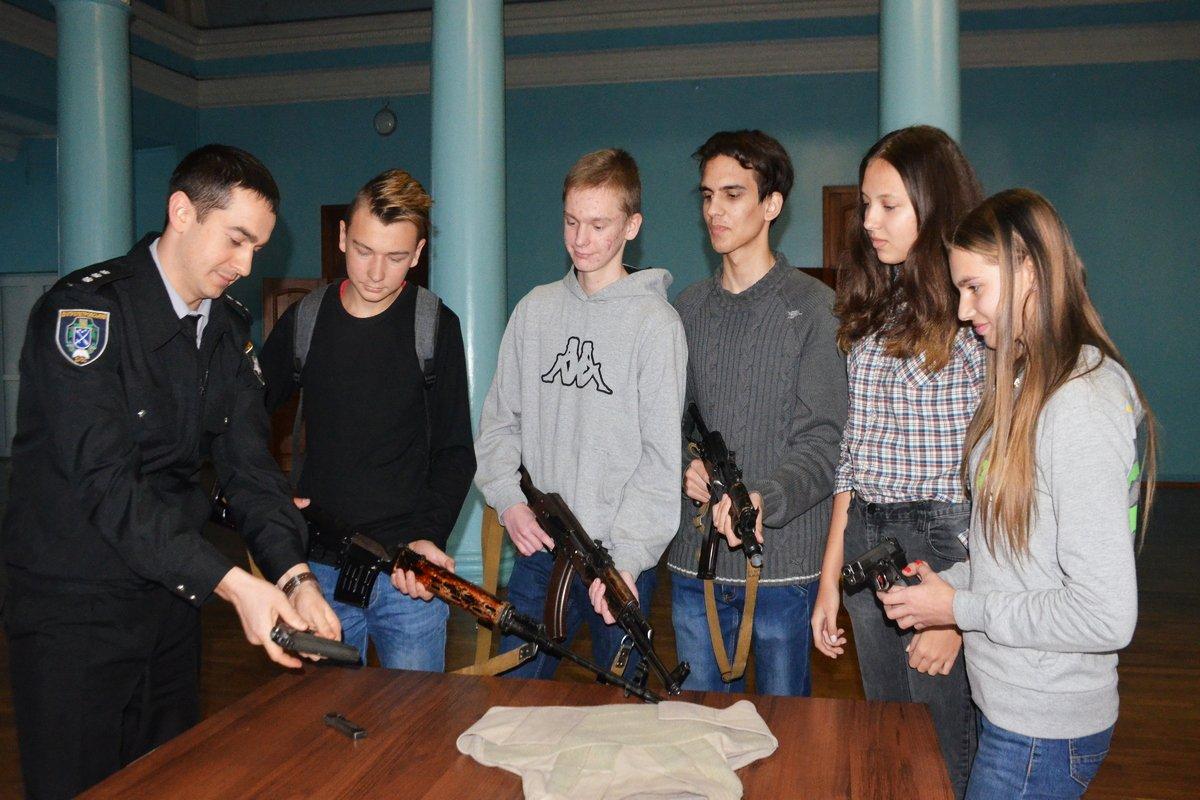 В Никополе будущие полицейские показали мастер-класс по сборке-разборке оружия. Фото: Александр Косенко