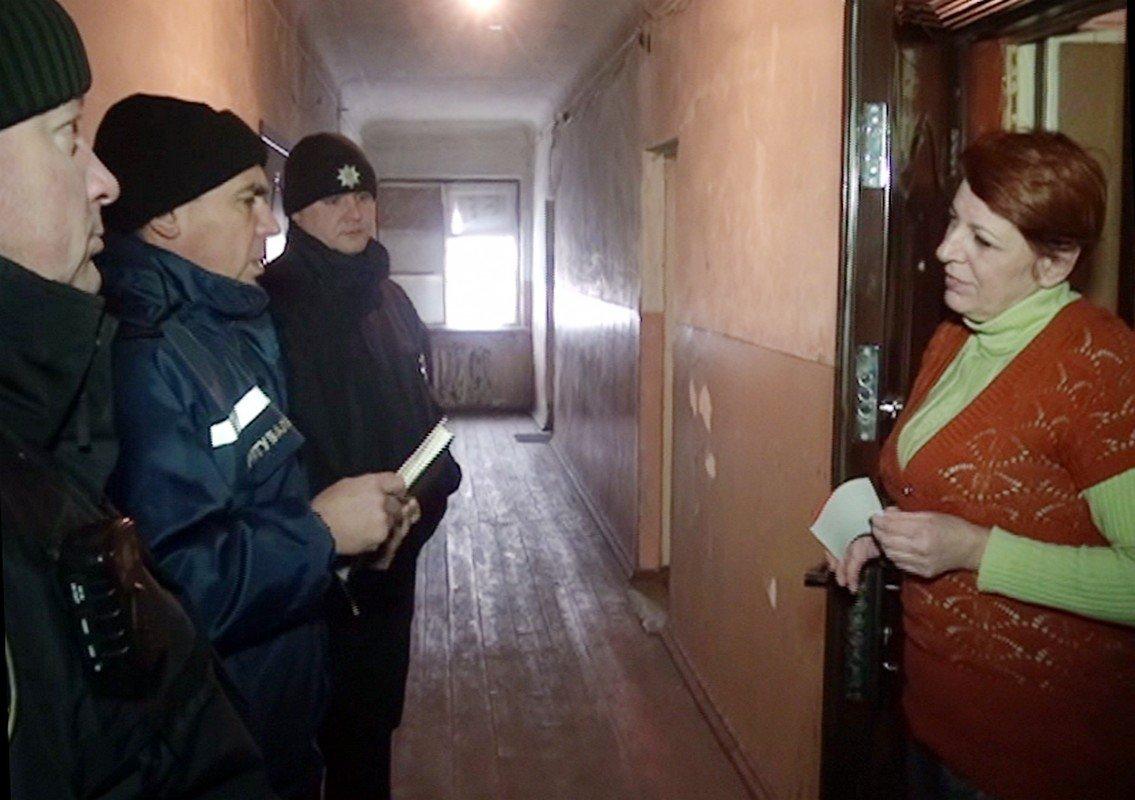 Дома спасателям удалось застать всего три человека