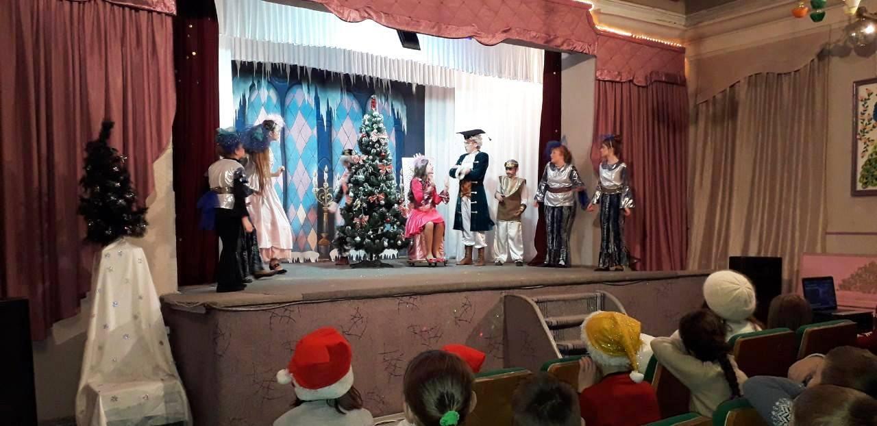 Дети Никополя побывали на благотворительных спектаклях и получили более 1500 новогодних подарков