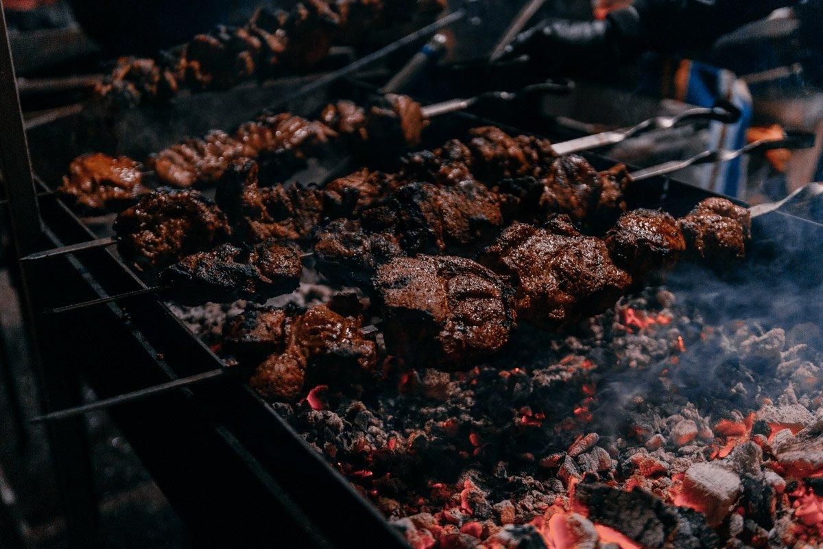 В шатрах готовили ароматное мясо
