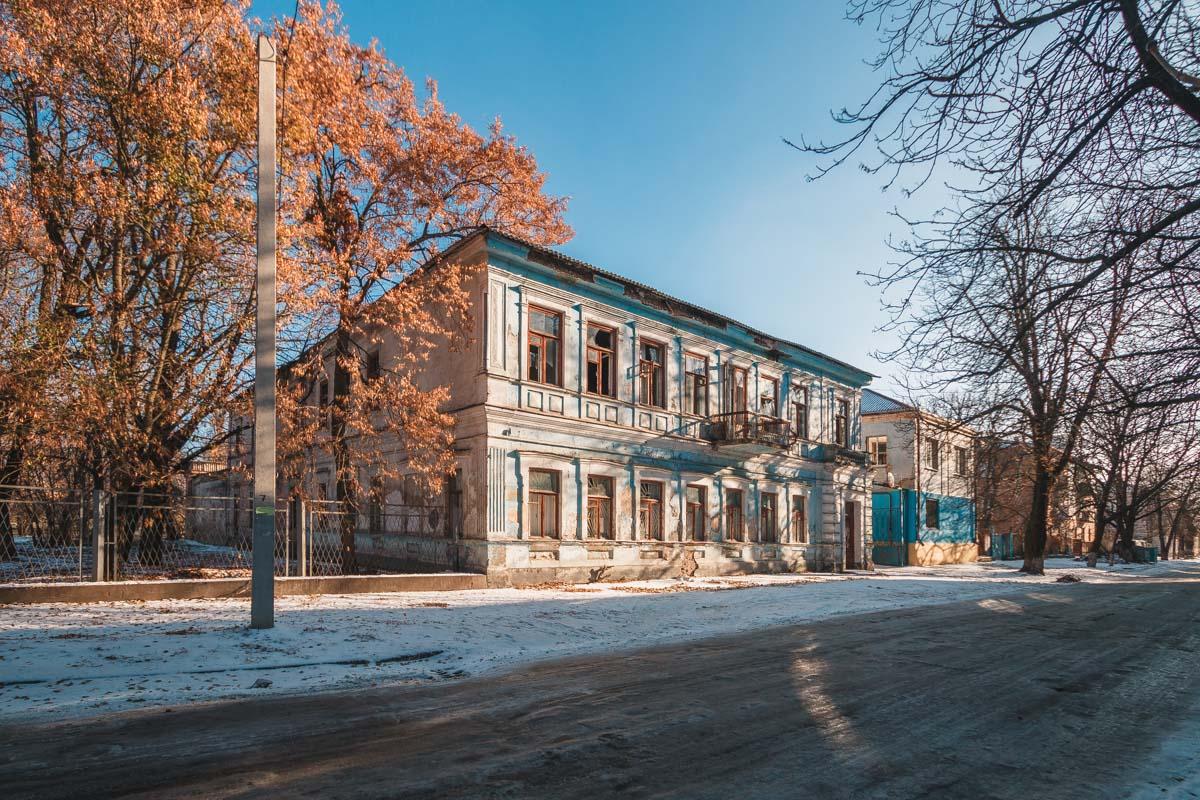 В старой части города много зданий, которые рушатся