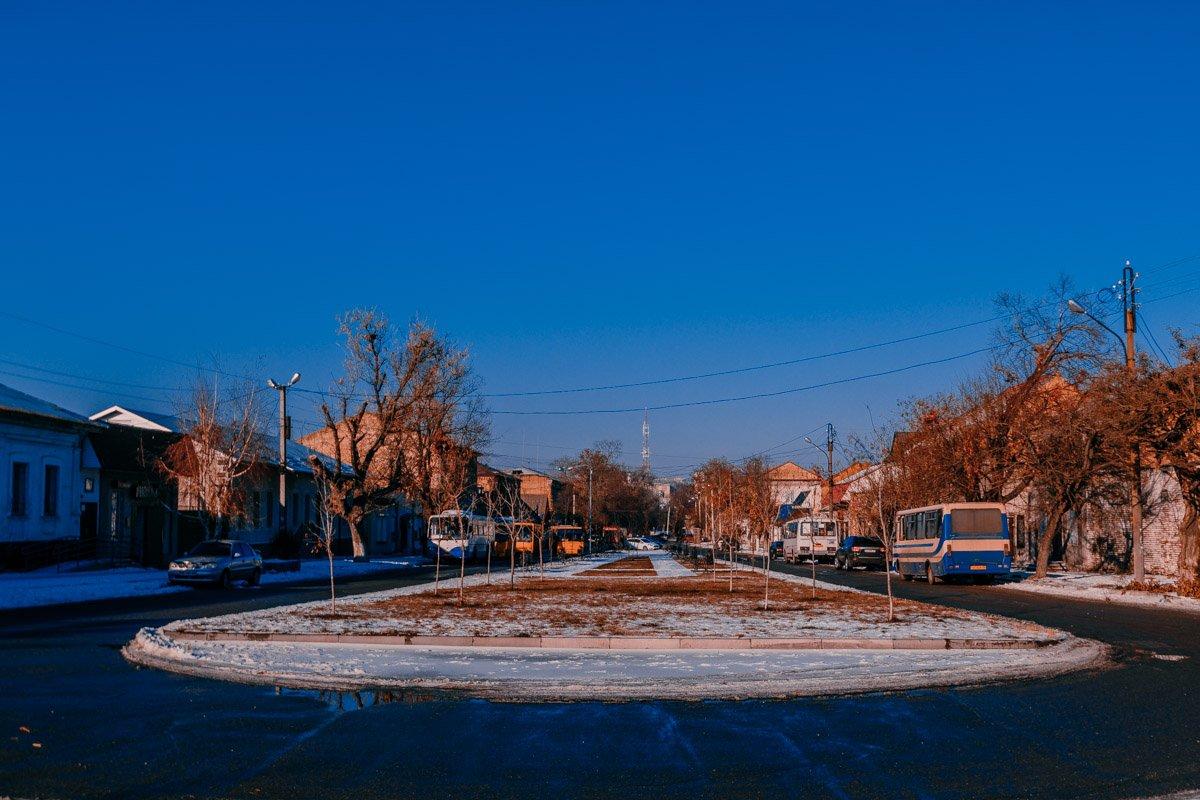 Немноголюдная старая часть города