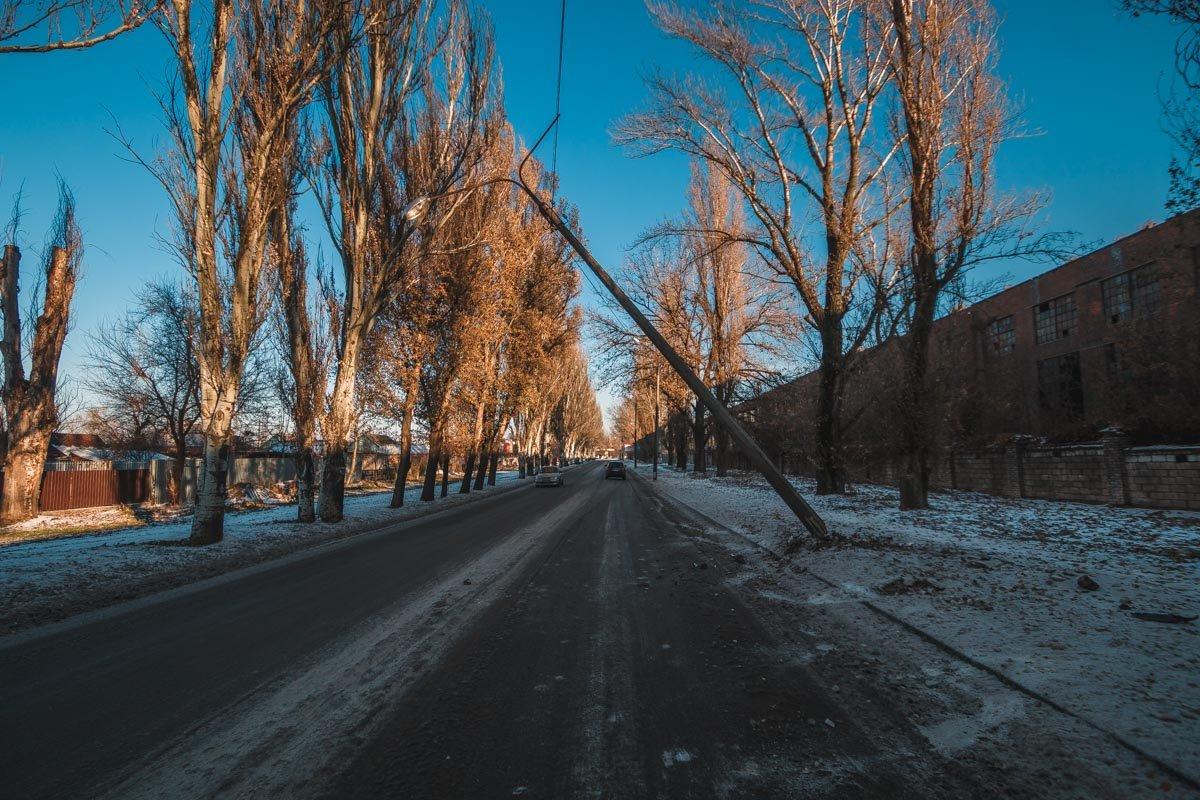 На улице Героев Чернобыля столб повис на проводах