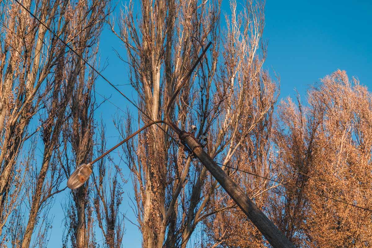От падения на проезжую часть столб удерживают провода