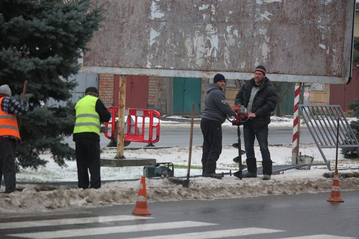 Ограждение устанавливают возле пешеходного перехода напротив тубдиспансера