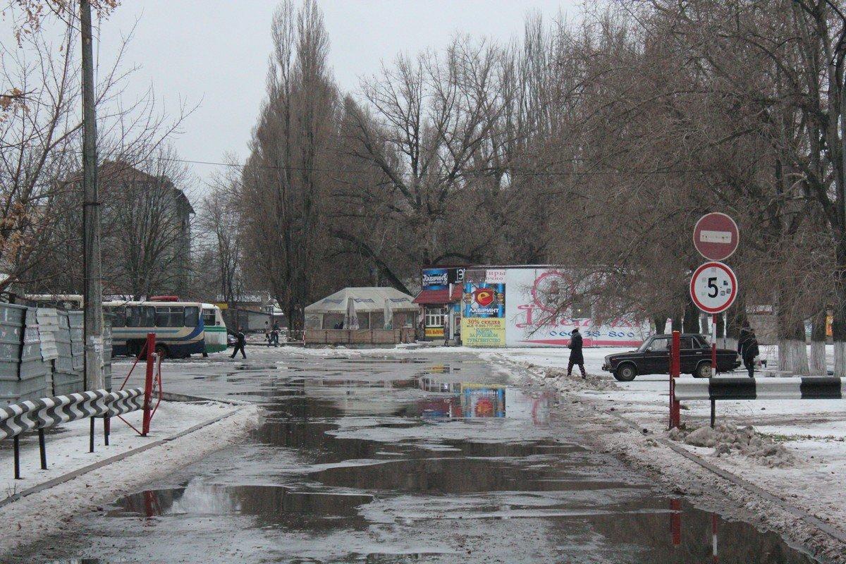 Знак 3.21 - въезд запрещен. Действие знака не распространяется на транспортные средства, которые двигаются по установленным маршрутам