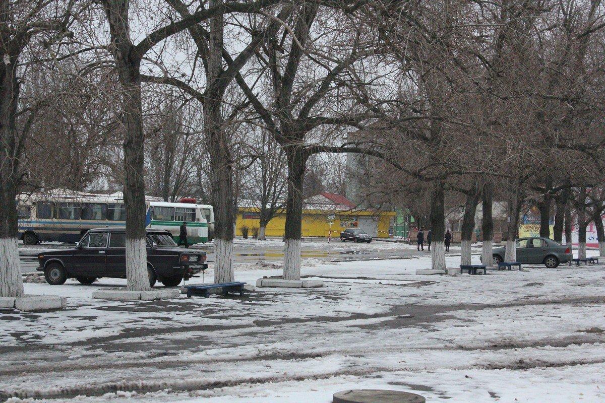 На территории автовокзала стоят автомобили, которые проигнорировали действие знака 3.21