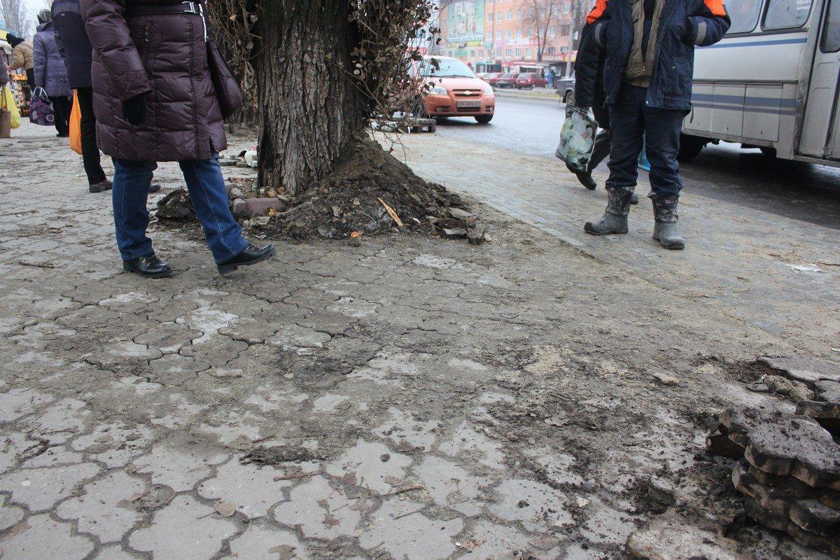 """После дождя плитка просела на двух участках остановки """"автовокзал"""""""