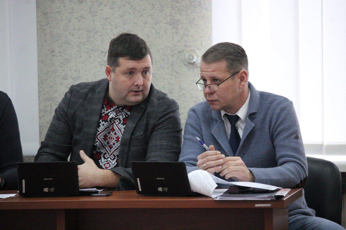Депутаты обсуждают и вносят поправки в проекты решений