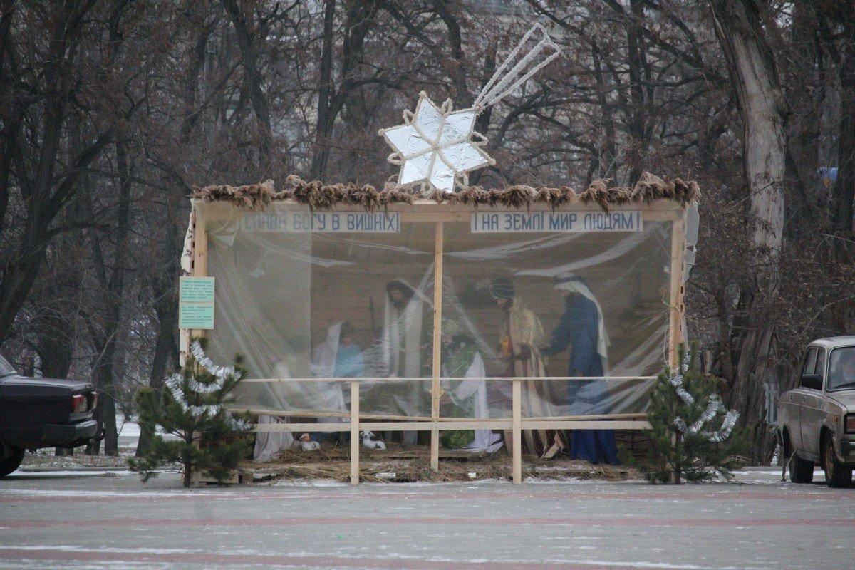 Рождественский вертеп укрыли от ветра
