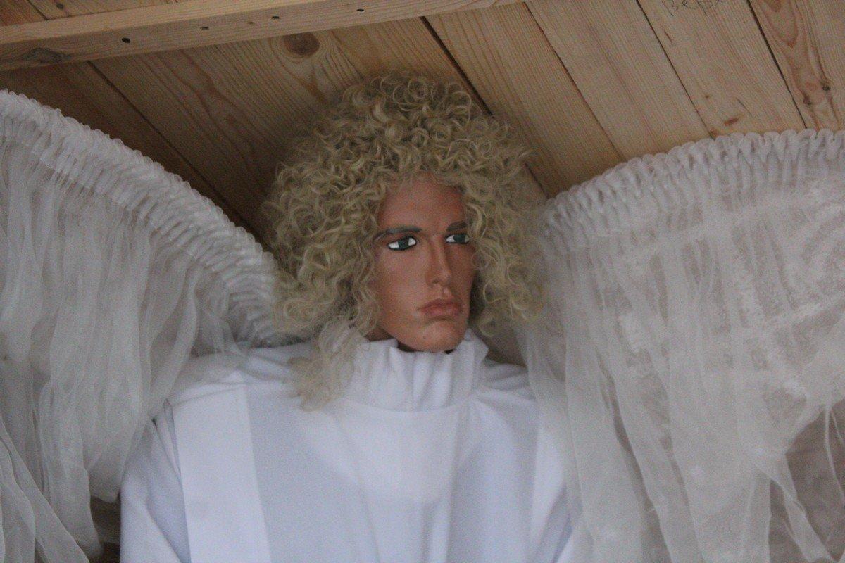 Ангел с суровым лицом