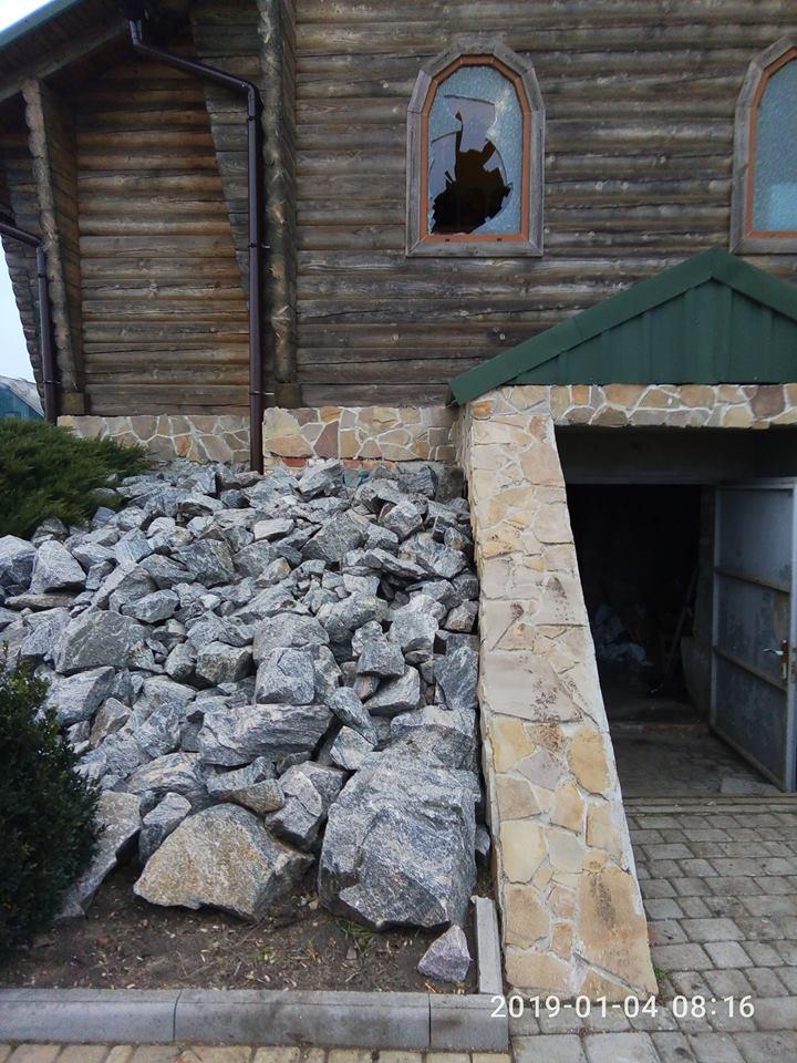 Через разбитое окно злоумышленники проникли в здание и перевернули все вверх дном