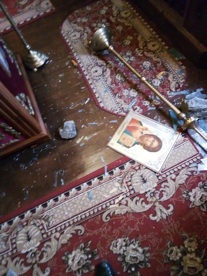 Возле алтаря, на полу, кроме разбитого стекла, валялись иконы, перевернутые подсвечники и другая утварь