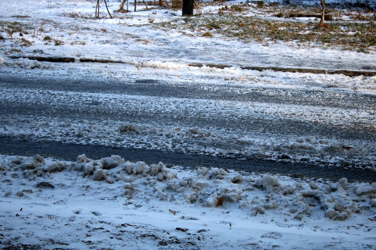 В Никополе дороги и тротуары покрылись ледяной коркой