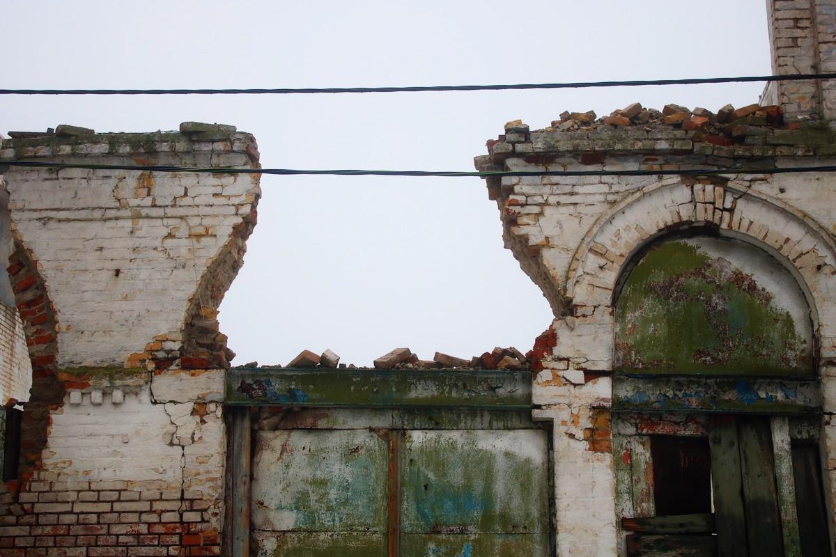 Строительством двухэтажного пассажа занимался владелец одного из кирпичных заводов - предприниматель Зимин