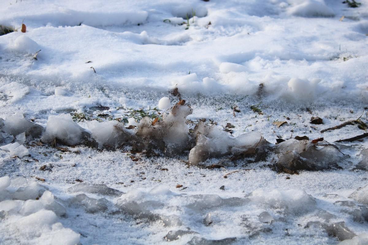 Неровная ледяная корка покрывает улицы города
