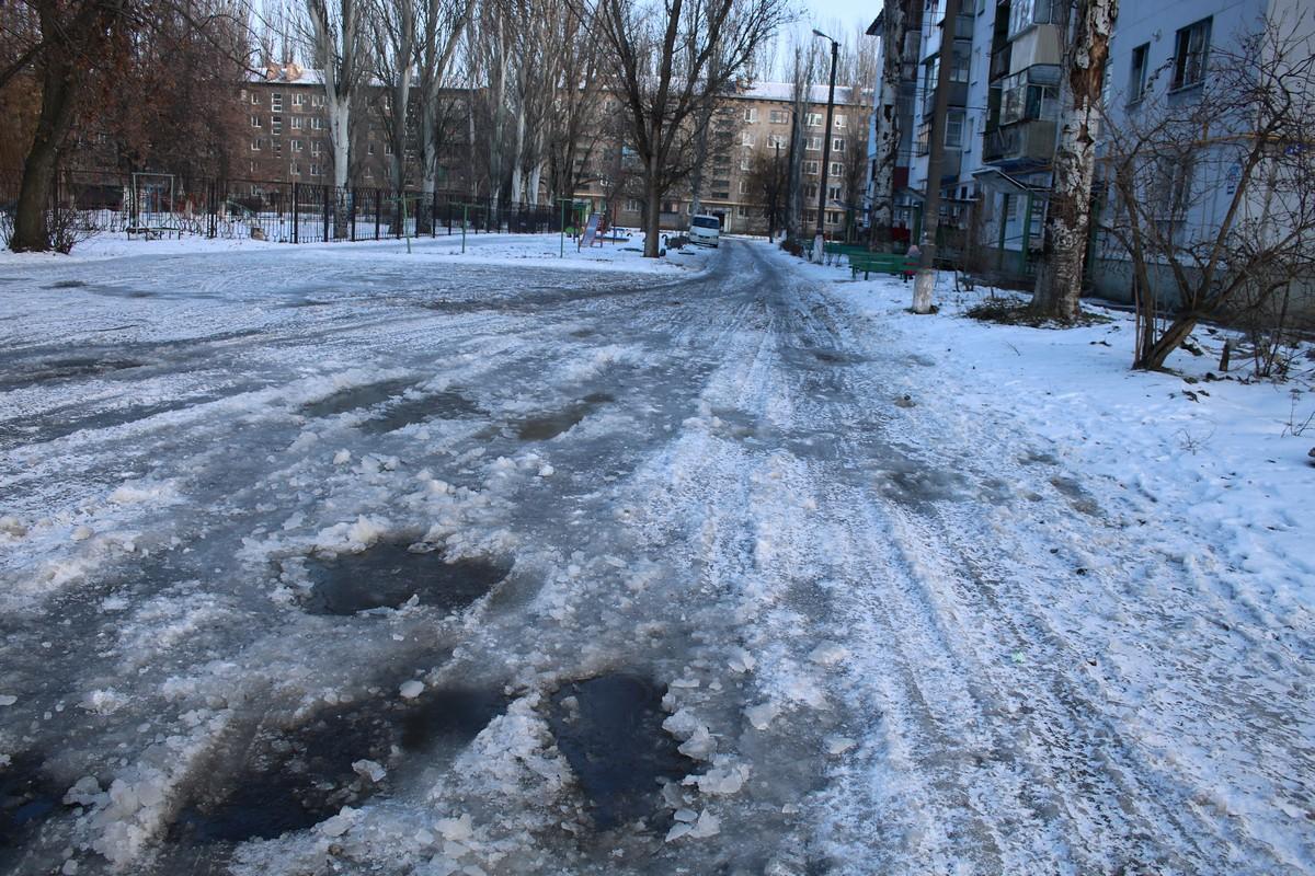 Если проезжая часть в Никополе расчищена, то тротуары и дворы находятся в плачевном состоянии