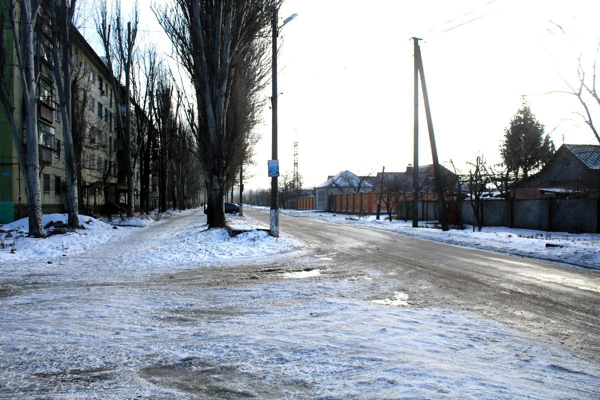 Несмотря на то, что местами улицы города посыпаны, все равно скользко