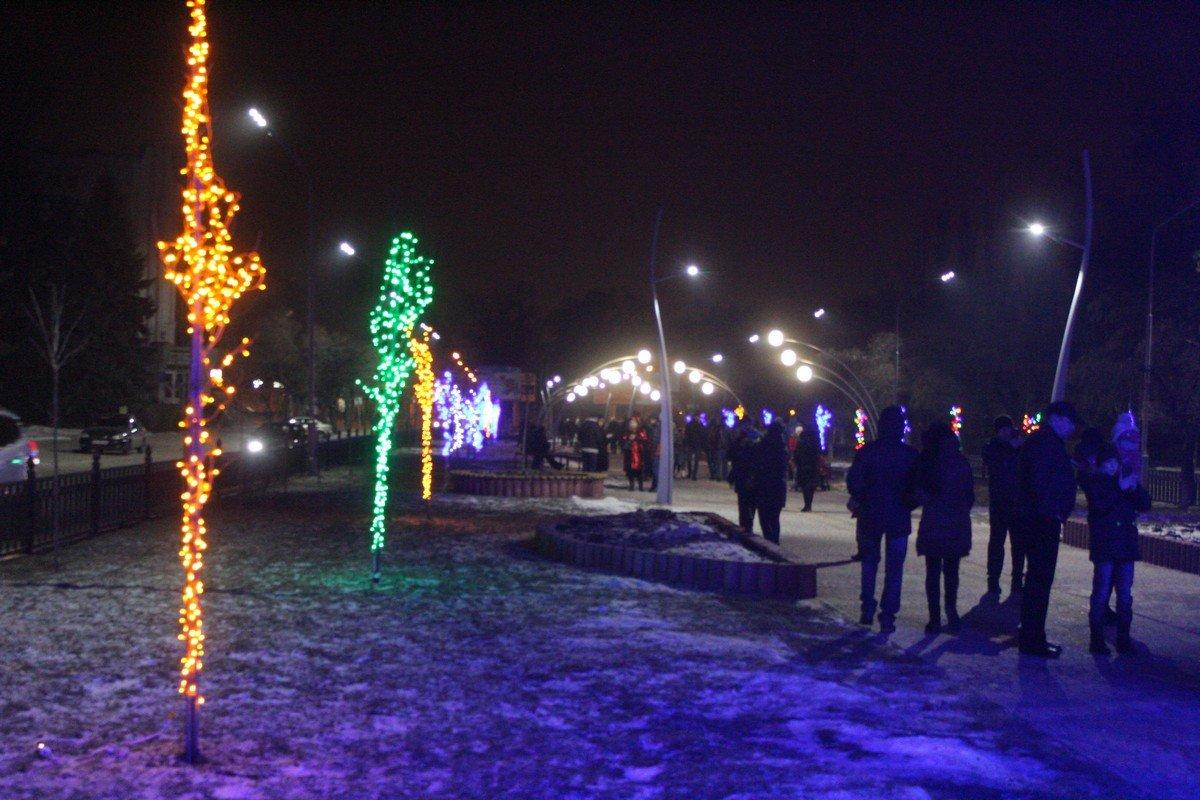 Аллею освещают разноцветные огни