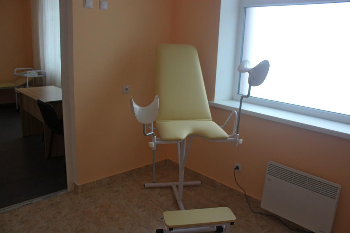 Современное гинекологическое кресло. Кстати, в кабинете гинеколога есть отдельный санузел