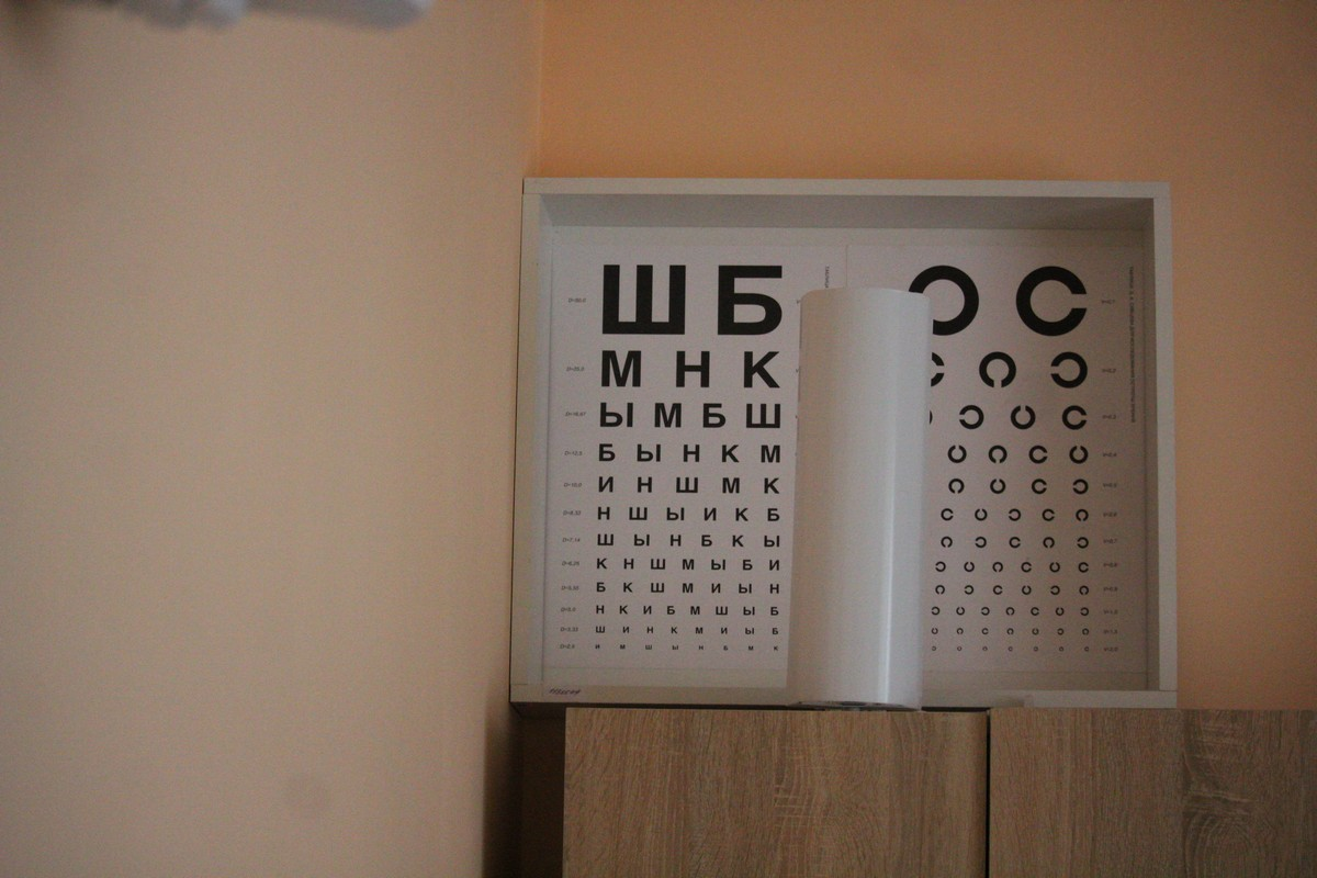 Стоит на шкафу, видимо, постоянное место для таблицы пока еще не найдено