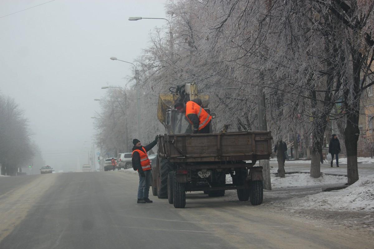 Пешеходную зону коммунальщики посыпают с помощью трактора, ведер и рук