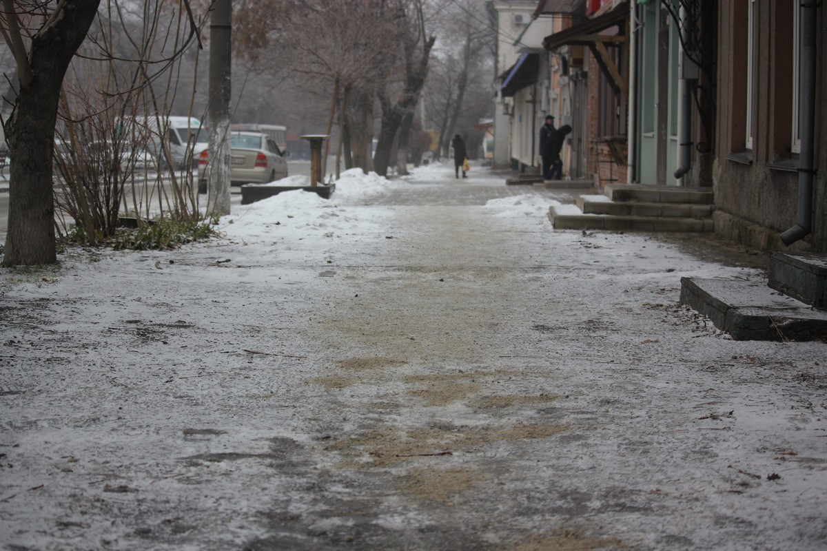 Отсевом посыпаны дорожки в старой части города