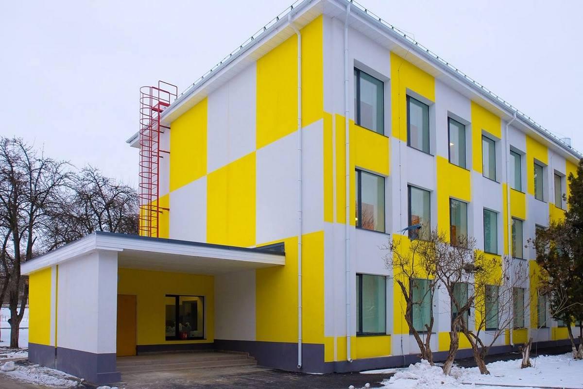 Яркий фасад обновленной школы