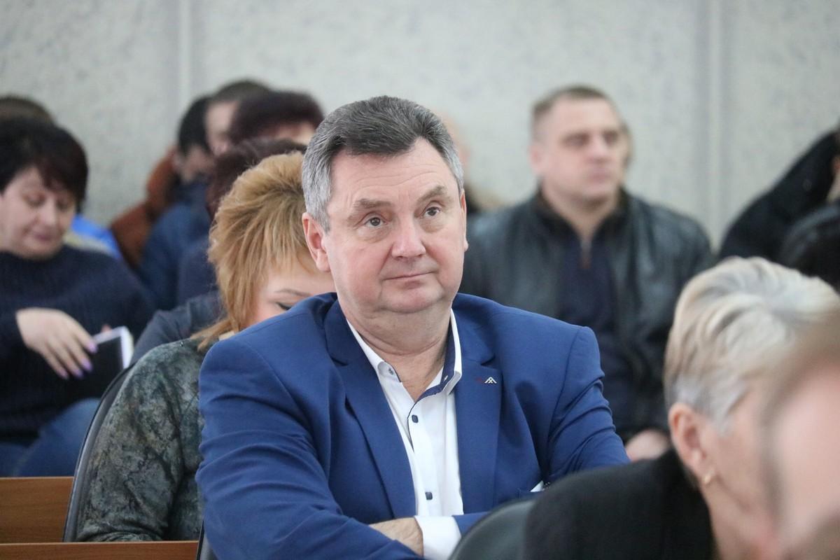 В 10:00 в сессионном зале зарегистрировались 32 депутата из 42-х