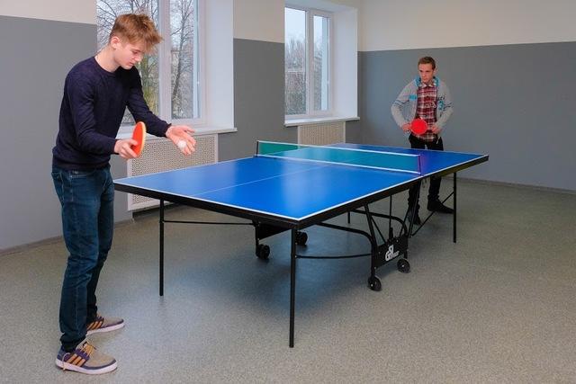 На перемене дети могут сыграть в настольный теннис