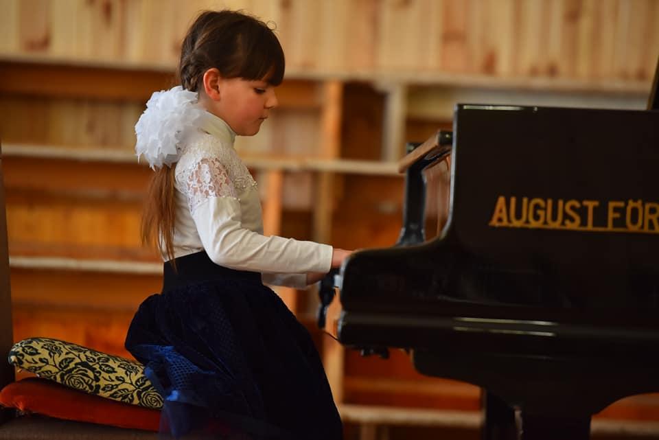 Дети выступали в трех возрастных категориях: младшей - до 9 лет, I средней - до 11 лет, II средней - до 13 лет