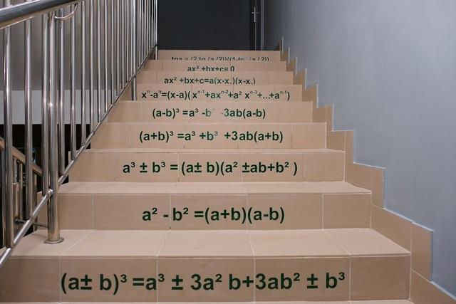 Изучать формулы помогают надписи на лестнице