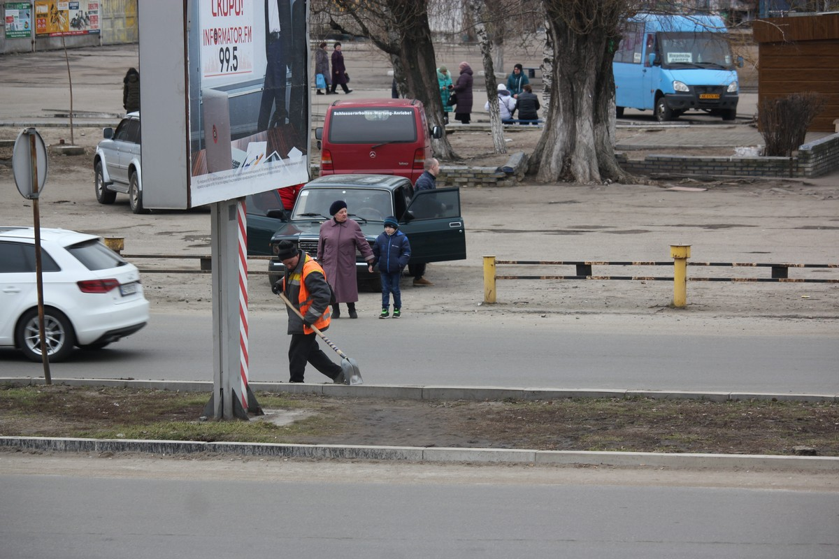 В Никополе коммунальщики начали чистить дороги после зимы