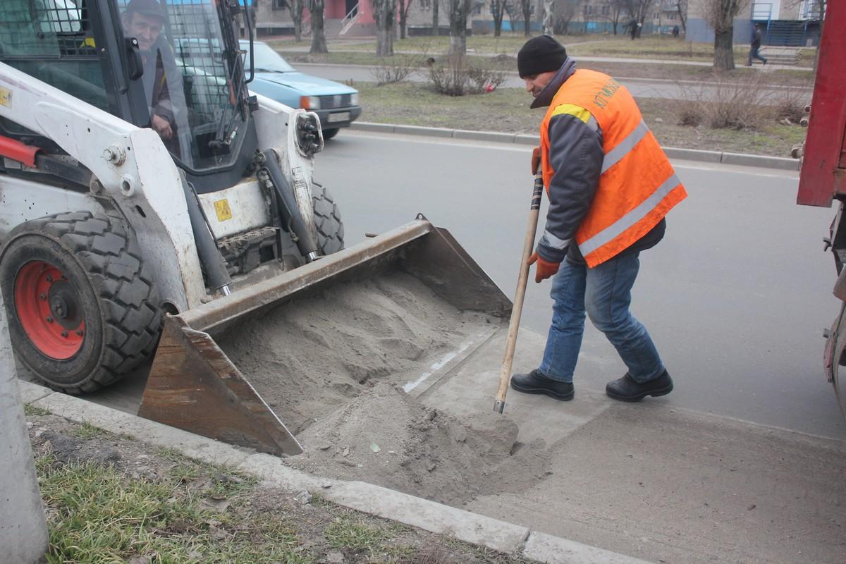 Отсев собирают вдоль обочин с помощью лопаты