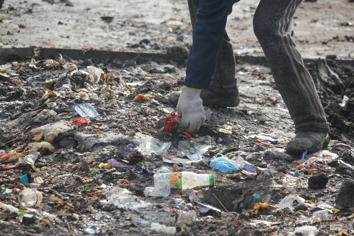 Вот так нагнуть необходимо каждого, кто обломался донести своих отходы до мусорного бака