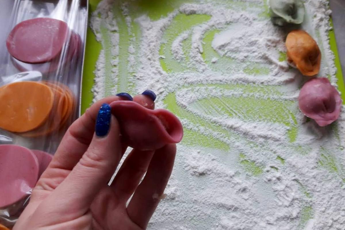Разноцветные пельмени с удовольствием лепят дети