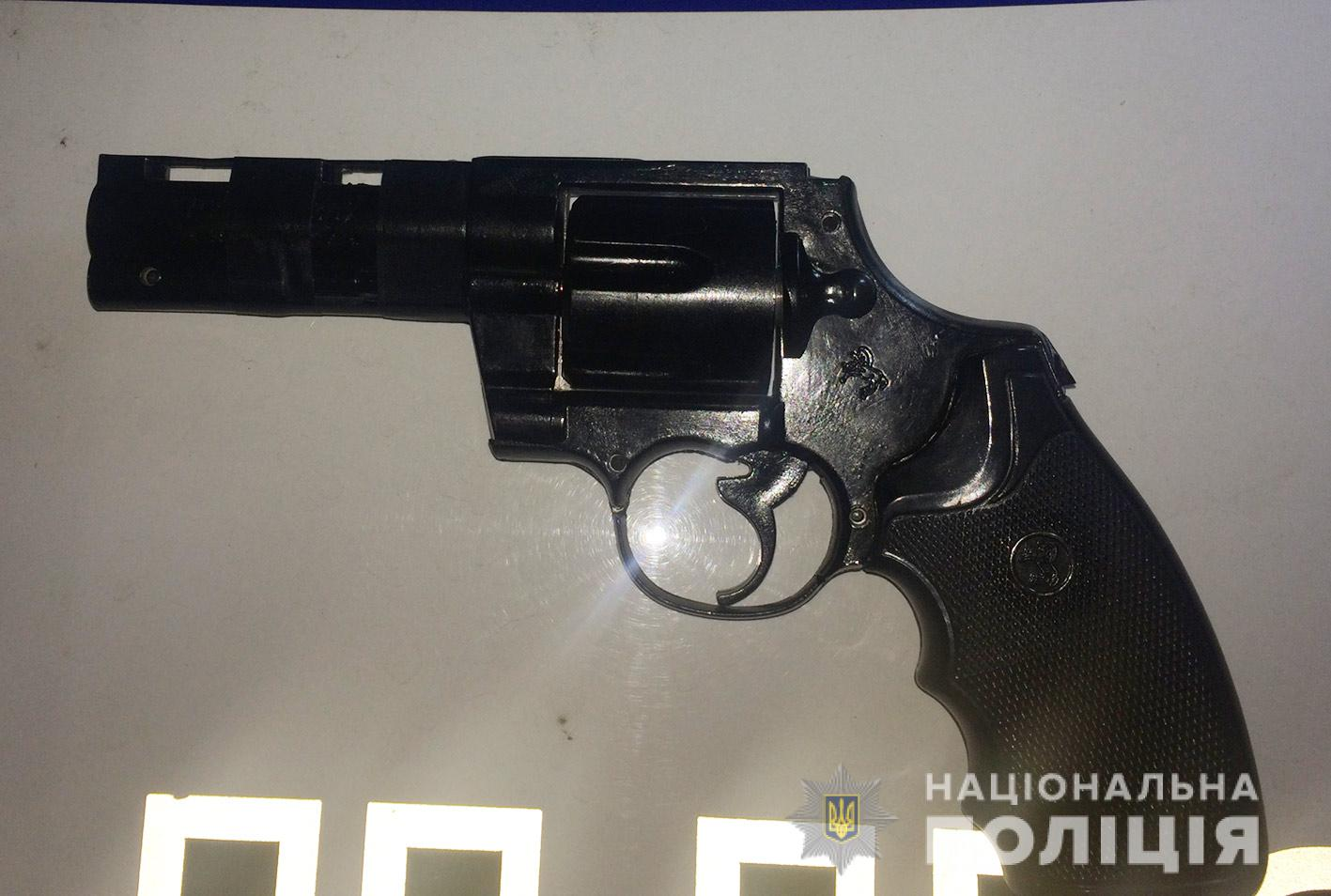 Продавцу мужчина угрожал игрушечным пистолетом