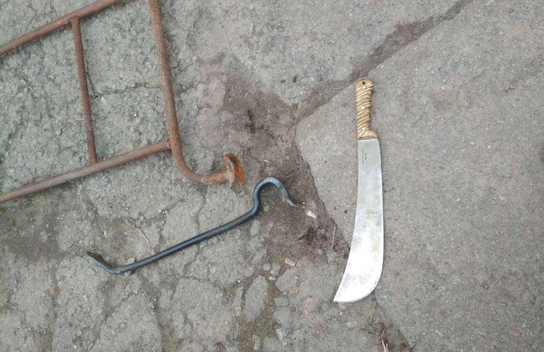 Мужчину обыскали и нашли запрещенные предметы: мачете и лом