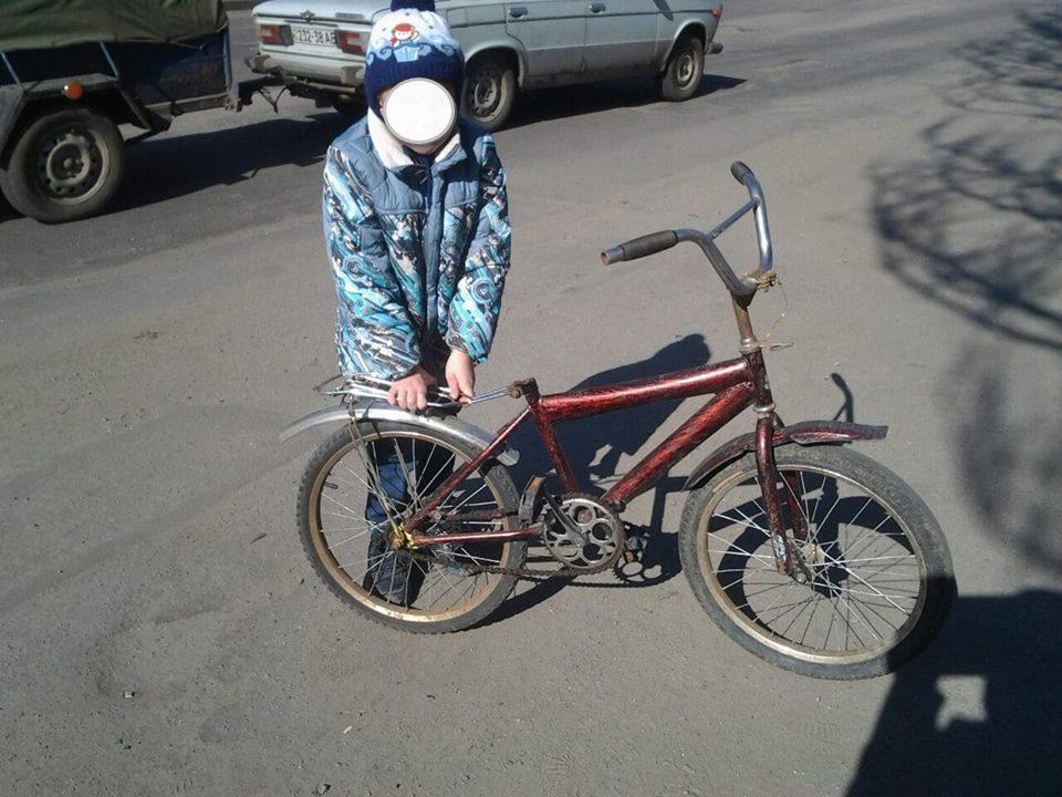 Маленького жителя Никополя на велосипеде остановили на оживленной трассе